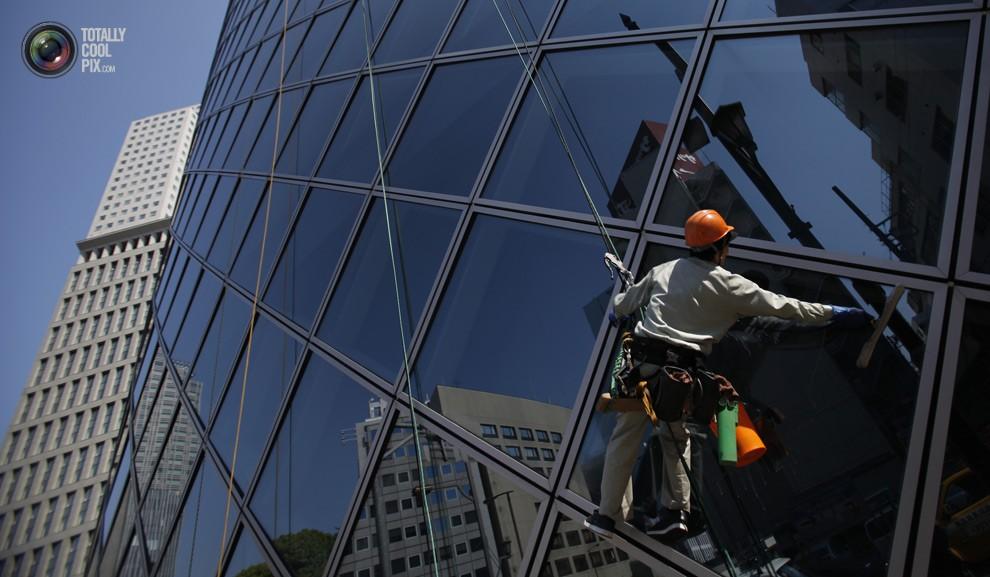 Как моют металлопластиковые окна в мире (8 фото)